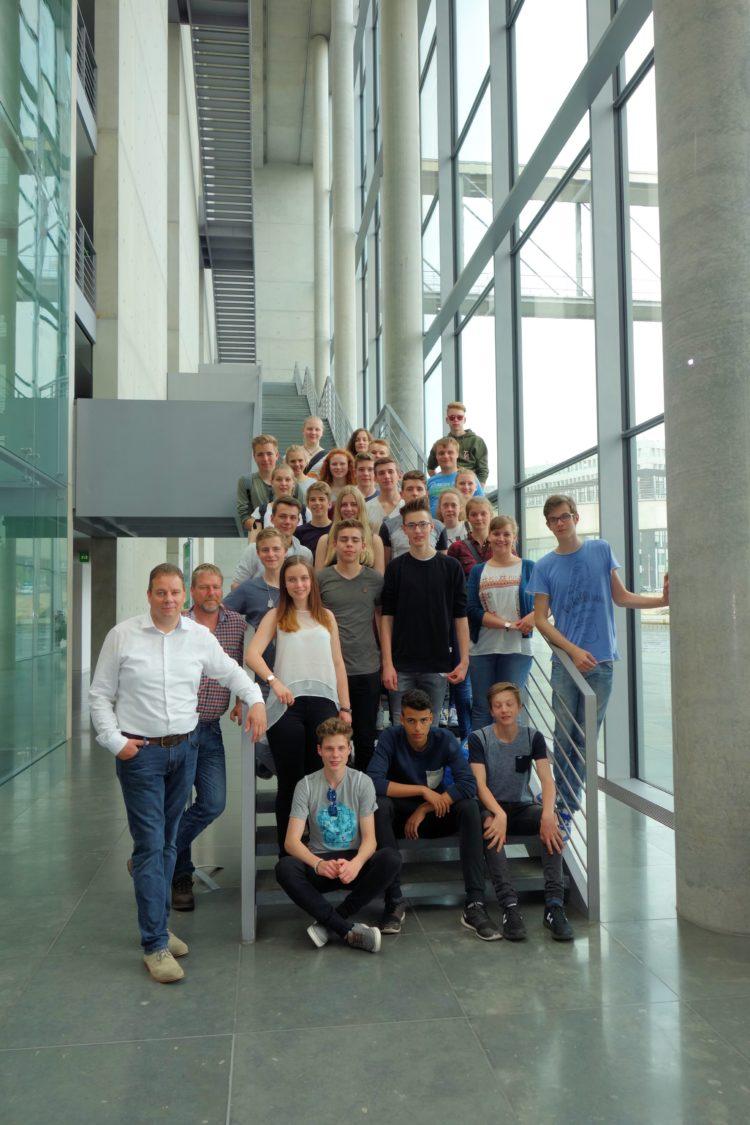Mit vielen Fragen im Gepäck: Schulklasse des Gymnasiums am Wall besucht mich im Bundestag