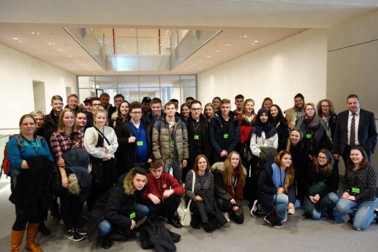 Schüler der IGS Osterholz-Scharmbeck schauen Ihrem Abgeordneten über die Schulter
