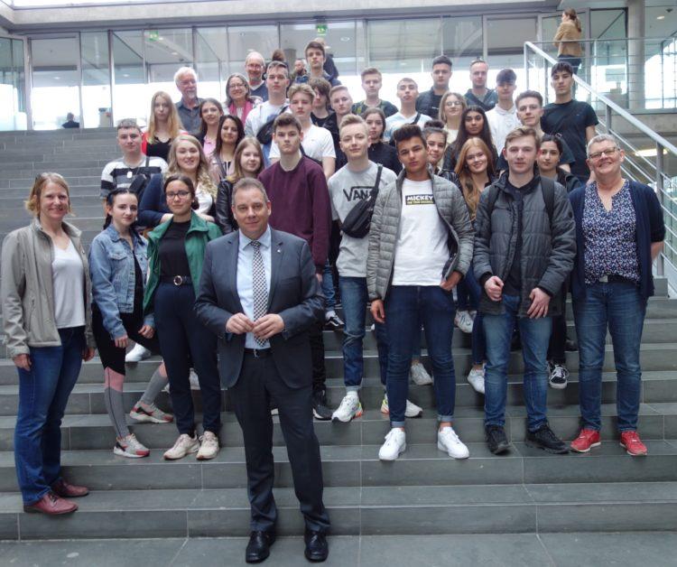 Junge Menschen im Herzen der Demokratie