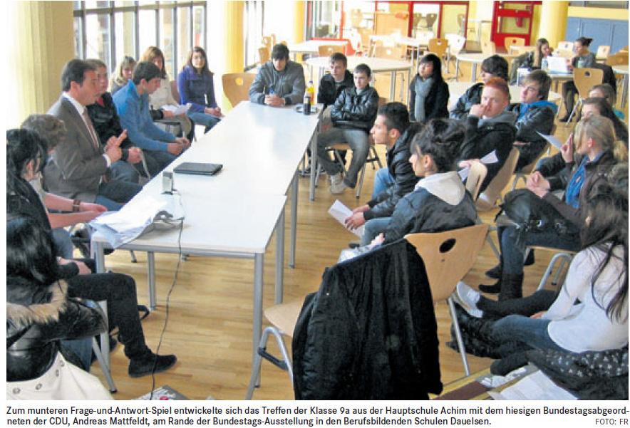 Viele interessierte Schülerinnen und Schüler