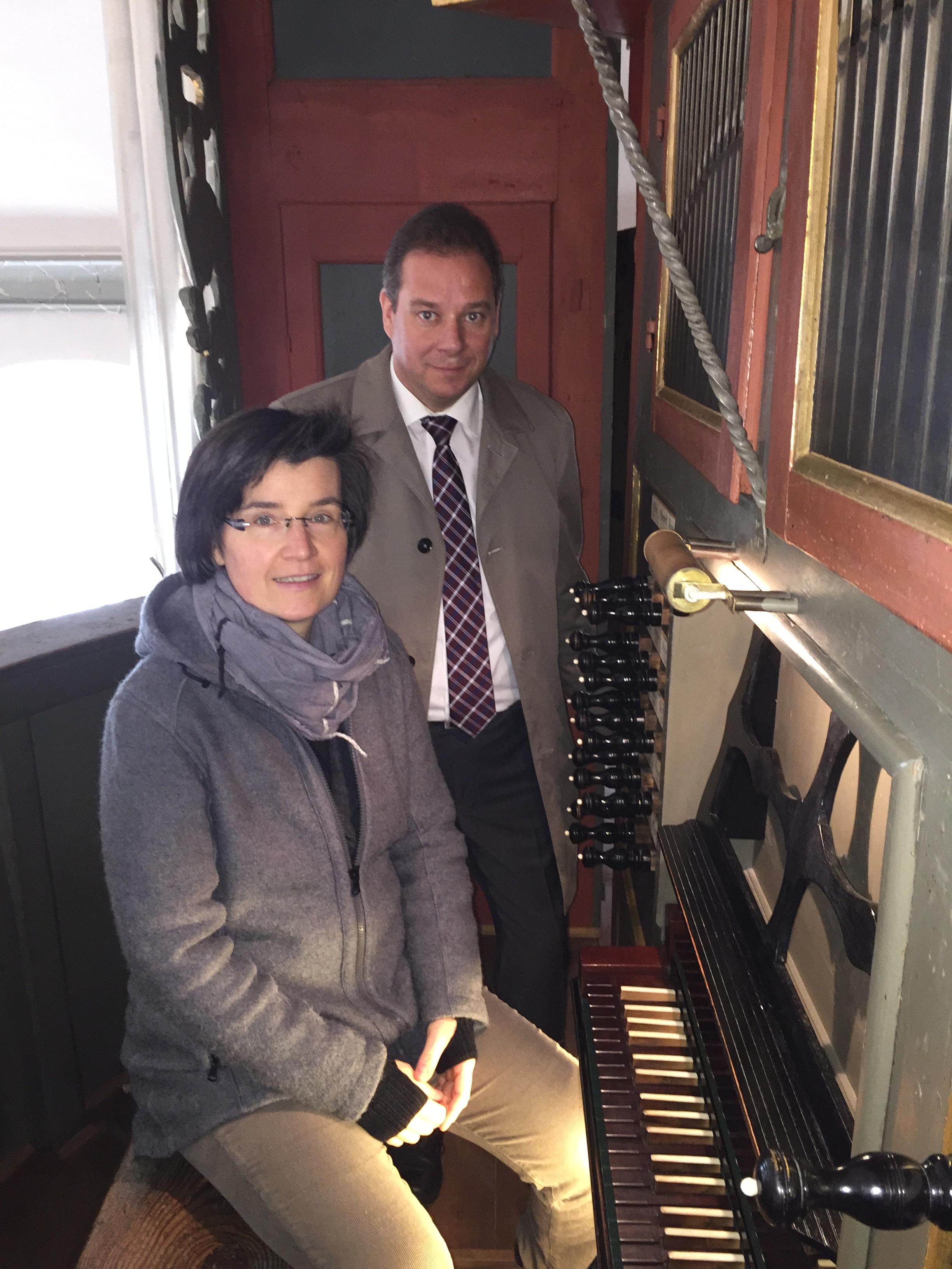 Mattfeldt und Kirchenmusikerin Schneider Kuhn Orgel