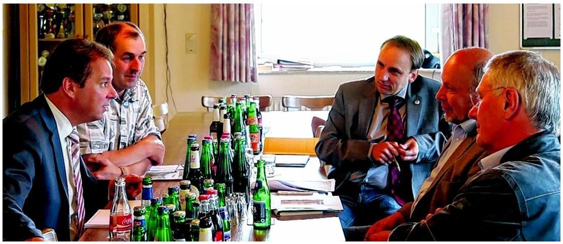 Der Bundestagsabgeordnete Andreas Mattfeldt (v. li.) traf sich gestern in Teufelsmoor mit Wilfried Lühr, Ralf Grobler, Reinhard Garbade und Hans-Hermann Tietjen. FOTO: HANS-HENNING HASSELBERG