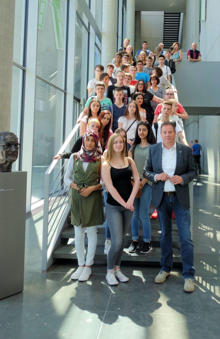 Schüler der Achimer Liesel-Anspacher-Schule zu Besuch im Bundestag