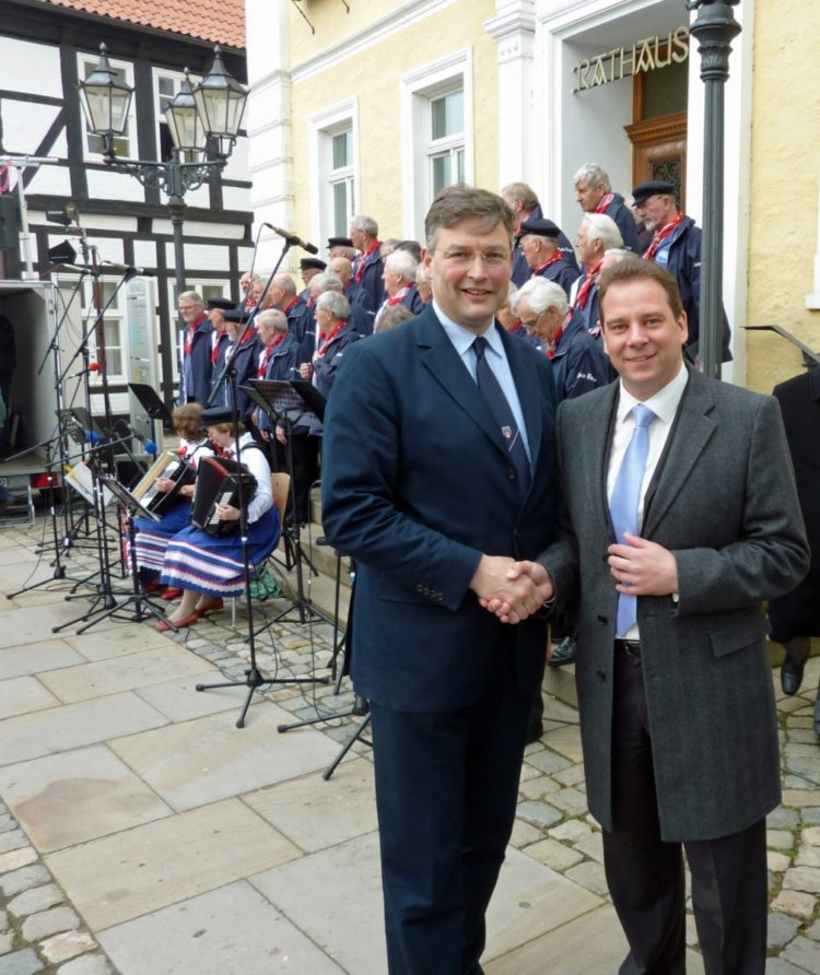 Staatsminister Eckart von Klaeden verteilt Heringe